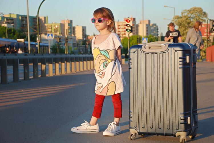 Dziewczynka z dużą walizką