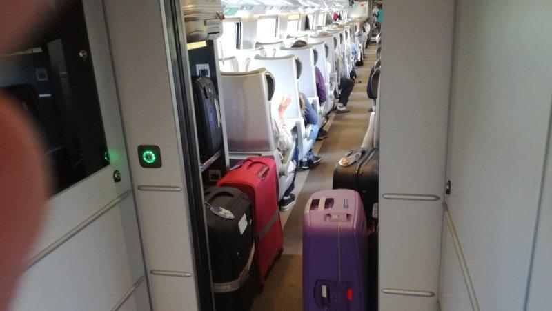 Duże walizki na podłodze gdy brak miejsca na stelażach