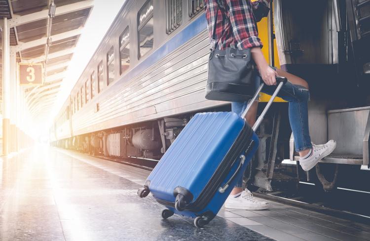 Wchodzenie do pociągu z walizką